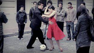 """Libri. """"Tutto per la patria"""" di Martín Caparrós: tra tango calcio amore e potere"""